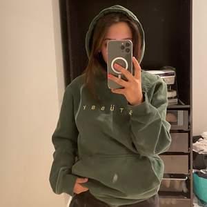 Jätte snygg mörkgrön stussy hoodie som är köpt i new york och jätte bra skick, gul text på framsidan och storlek M men sitter snyggt på en S. Frakten står köparen för!