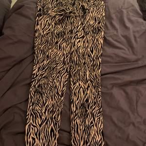Säljer nu dessa skit snygga zebra mönstrade byxor från vila storlek 34 men skulle säga den passar 36 och mindre oxå eftersom där finns ett band till där man själv knyter hur de ska sitta i midjan. Matrial är bra och känns som nya