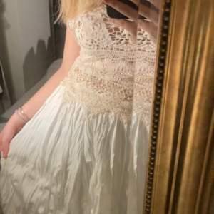 Lång  plisserad vit kjol köpt i Hongkong
