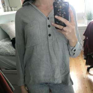 Skön ljusgrå skjorta från Zara, lite längre i modellen, men kan haa instoppad också. Bra skick✨🌷
