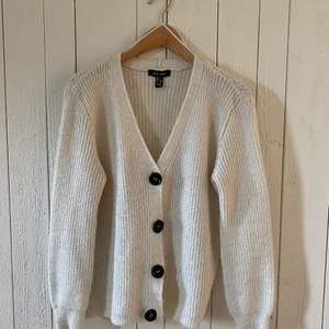 Stickad kofta från new look i en vaniljvit nyans. Bra skick. Originalpris: ca 300kr.