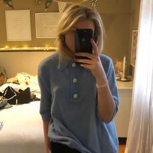 Jättefin ljusblå stickad i oversized T-shirt modell. Färgern görs inte riktigt rättvisa på bild utan den är en ljusare blå i verkligheten.