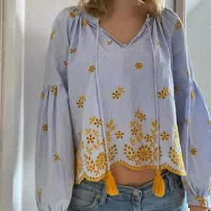 En fin somrig blus från Zara som inte kommer till användning. Använd ett fåtal gånger.