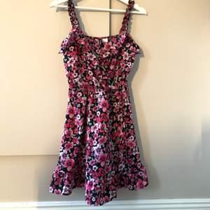 Jättefin klänning som man också kan ha som kjol med en tröja över! Säljer då jag inte riktigt använder klänningar 💕💕💕💕