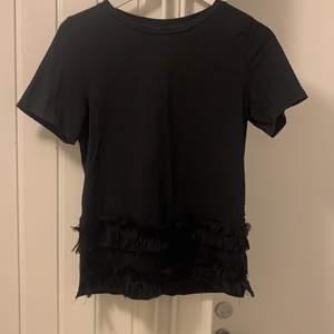 Svart t-shirt med fransar i fram och slit på båda sidorna. Köpt för något år sedan. Knappt använd så fint skick❤️ Eventuell frakt står köparen för 🚚