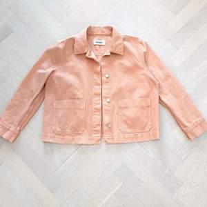 Rosa korall färgad denim jacka från Weekday. Jackan är så gott som ny och passar perfekt till våren med en tjockare tröja under. 😍😇 Kontakta vid intresse och följ mig för fler jacor till salu.