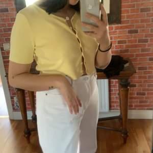 säljer min gula topp från princess polly eftersom att den inte är min stil längre! Köparen står för frakt!💛