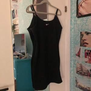säljer denna nike klänning då den tyvärr var för stor för mig. köpt på sellpy men i toppskick! strl m men kan nog passa både s och l då den är väldigt stretchig