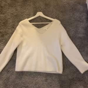 Finstickad tröja från hm, köpt för några år sedan men inte kommit till användning så många gånger, därav fin kvalite! Lite v-ringad både i fram och bak, materialet syns bra på bild 2😊 Eventuell frakt står köparen för🚚