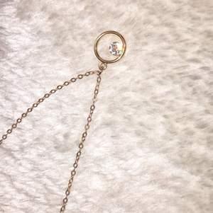 Guldhalsband med en diamant, för 40kr✨