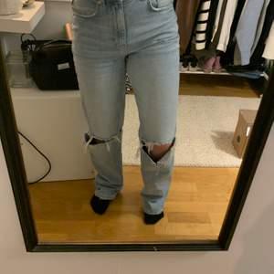 Populära och supersköna slitna jeans från Gina, Strl 36, köpta för 599. Sparsamt använda, fint skick. Höga i midjan. Pris kan diskuteras.