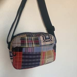 ‼️INTRESSEKOLL‼️ intressekollar min unika och slutsålda Ganni väska. Varje väska har sålts med olika mönster vilket gör just denna väskan one of a kind. Nyskick och kan användas på två sätt (se bilder). Självklart äkta och kvitto finns! Inga skam bud! Hör av er vid intresse