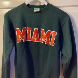 Fin mörkgrön sweatshirt från champion som tyvärr inte passar!