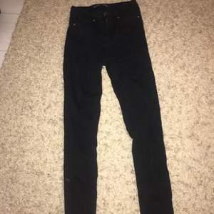 Vanliga svarta  jeans i storlek xs, använda ett par gånger. Köparen står för frakten!