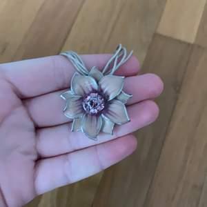Jättefint halsband med blomma i bra skick, knappt använt, frakt tillkommer