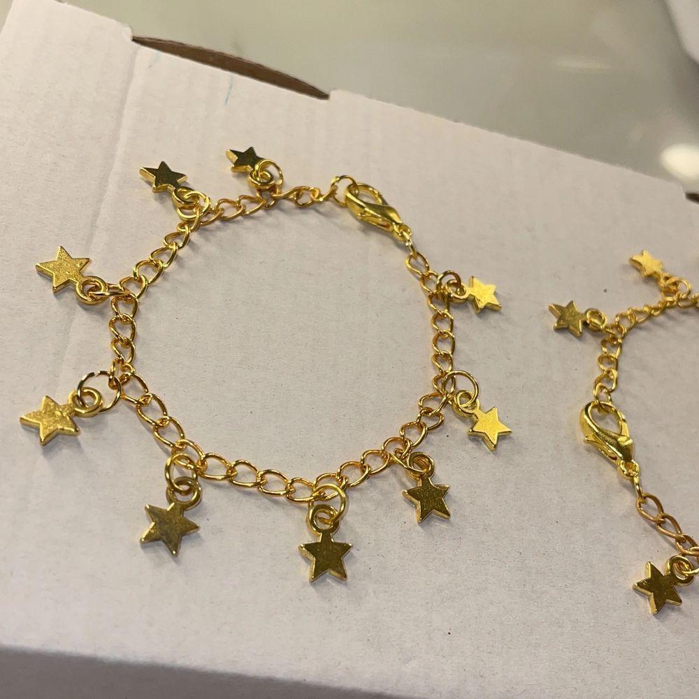 Armband med berlocker. Det med bara stjärnor 59kr och det med hjärtan 65kr. Frakt på 12kr tillkommer. Inte äkta guld. Det med bara stjärnor finns det 3st av. 💕. Accessoarer.