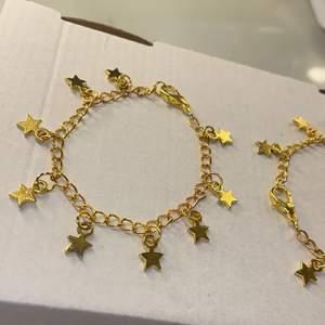 Armband med berlocker. Det med bara stjärnor 59kr och det med hjärtan 65kr. Frakt på 12kr tillkommer. Inte äkta guld. Det med bara stjärnor finns det 3st av. 💕