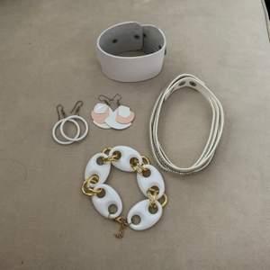 Ett sett med två örhängen, två armband och en choker, fint skick knappt använt