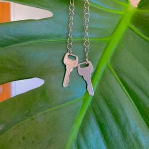 3 Jättesöta hemmagjorda örhängen. De är skapade av mig och materialet är både nytt och andra hand. Jag strävar efter att återanvända så mycket som möjligt🌿 🌸35 kr för ett par, 60 kr för två par, det gäller alla örhängen jag säljer🌸 🌺swish eller mötas upp i lund eller malmö🌺