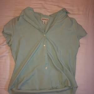 Kortärmad skjorta i en jättefin mintgrön färg jag köpt på second hand. Säljer eftersom den tyvärr inte kommer till användning. Storlek står inte men skulle säga en S. Skriv för fler bilder!