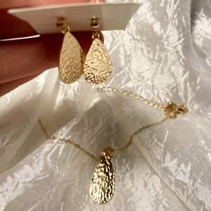Matchande smyckesset med gulligt halsband och örhängen i samma modell! Från guldfynd, aldrig använt varken örhängena eller halsbandet ✨💛