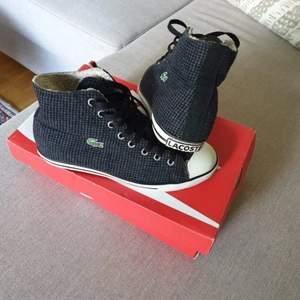 Snygga unisex Lacoste sneakers som är i bra skick och som är supermjuka på insidan. Dessa kan användas året om (skulle inte rekommendera att ha de under varma sommardagar dock) och är perfekta om du helst inte vill sluta använda sneakers trors kallt väder.