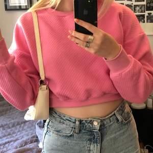 Säljer denna rosa croppade tröja i nyskick, storlek XS, då den nästan aldrig kommit till användning. Den passar även större storlekar än XS och har ett supergulligt puffmaterial. 💕💕🥰