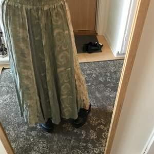 Säljer denna jätte söta hippie kjol som är köpt secondhand den har väldigt coola olika mönster och detaljer ock går o använde som både highwaisted och lowaisted, och baksidan har en fin detalj med knappar dock saknas en knapp som visas på sissta bilden men den var så vid köp. Och på framsidan så har den ett resår band vid midjan vilket gör den töjbar.