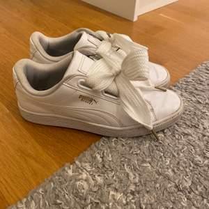 Säljer mina Puma sneakers med jättefint skosnöre. Har inte försökt tvätta skorna så dom kan bli finare. Storlek 38 💘