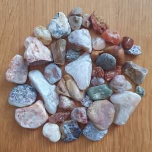 En massa blandade stenar som jag själv har plockat 🌸 1 för 5kr, köper ni flera får ni billiga paketpris 💕 Alla för 50kr och köparen står för frakten som tillkommer 💌