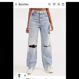 Säljer mina sjukt fina slitna flared jeans då de är för stora för mig (jag är 163 cm). Endast använda 1 gång. Köpa på zalando men finns ej kvar på hemsidan, kan inte heller hitta de på bershkas egna sida. Skriv gärna vid intresse eller om du vill ha fler bilder/har frågor!💓 Prutbart vid snabb affär!