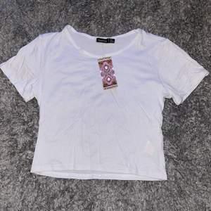 Boohoo cropped vit t-shirt, tight, tunn och luftig, aldrig använd, lite genomskinlig, strl 40