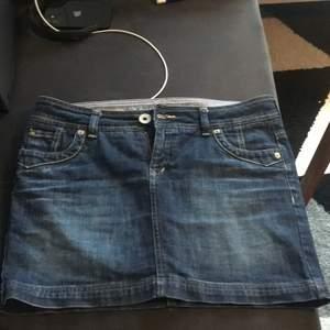 Jeans kjol i storlek m skulle jag säga. :) super fin! Köpt på secondhand använt ca 6 gånger