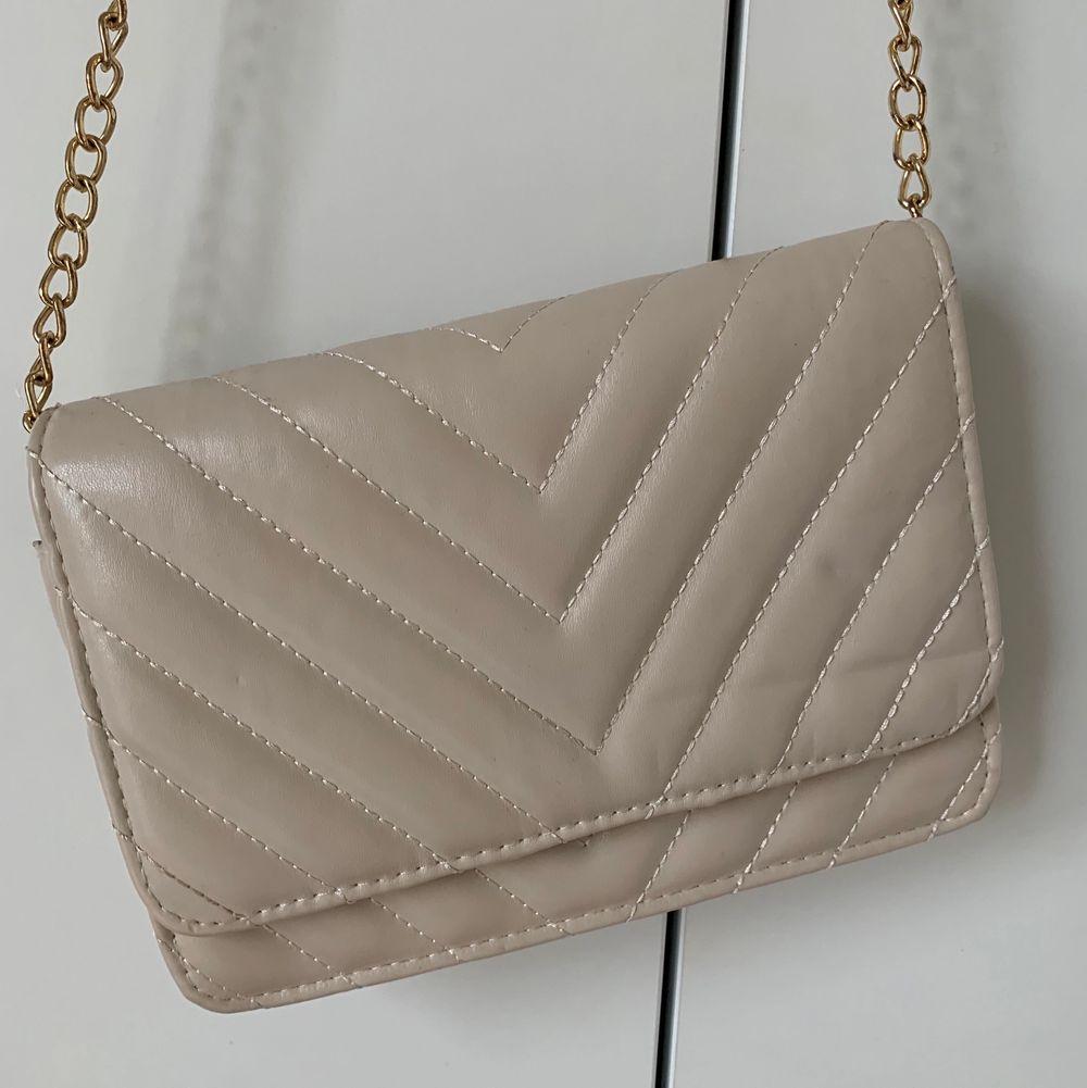 Bra skick! 🥰💛💕 den kommer ifrån glitter, frakt tilläggs 😄😜 köp direkt för 50kr😀🤩 . Väskor.