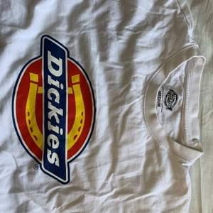 Snygg dickies t-shirt som inte kommer till användning längre! Trycket är inte förstört, tröjan är liite nopprig (se bild 3), men inget som märks tycker jag. Skriv vid intresse 🥰