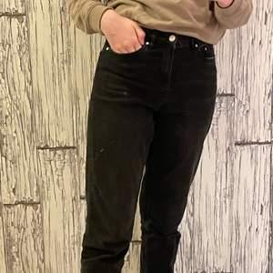 Det är väl använda men ser inte så slitna ut. ☺️ Det är svarta och är ett par mom jeans. Jag säljer det för att det är för korta på mig, jag är 166 cm men är inte alldeles för korta på mig.🦋 färgen kan vara lite urtvättad men ser bra ut💕 Det är inte låg midjade❣️