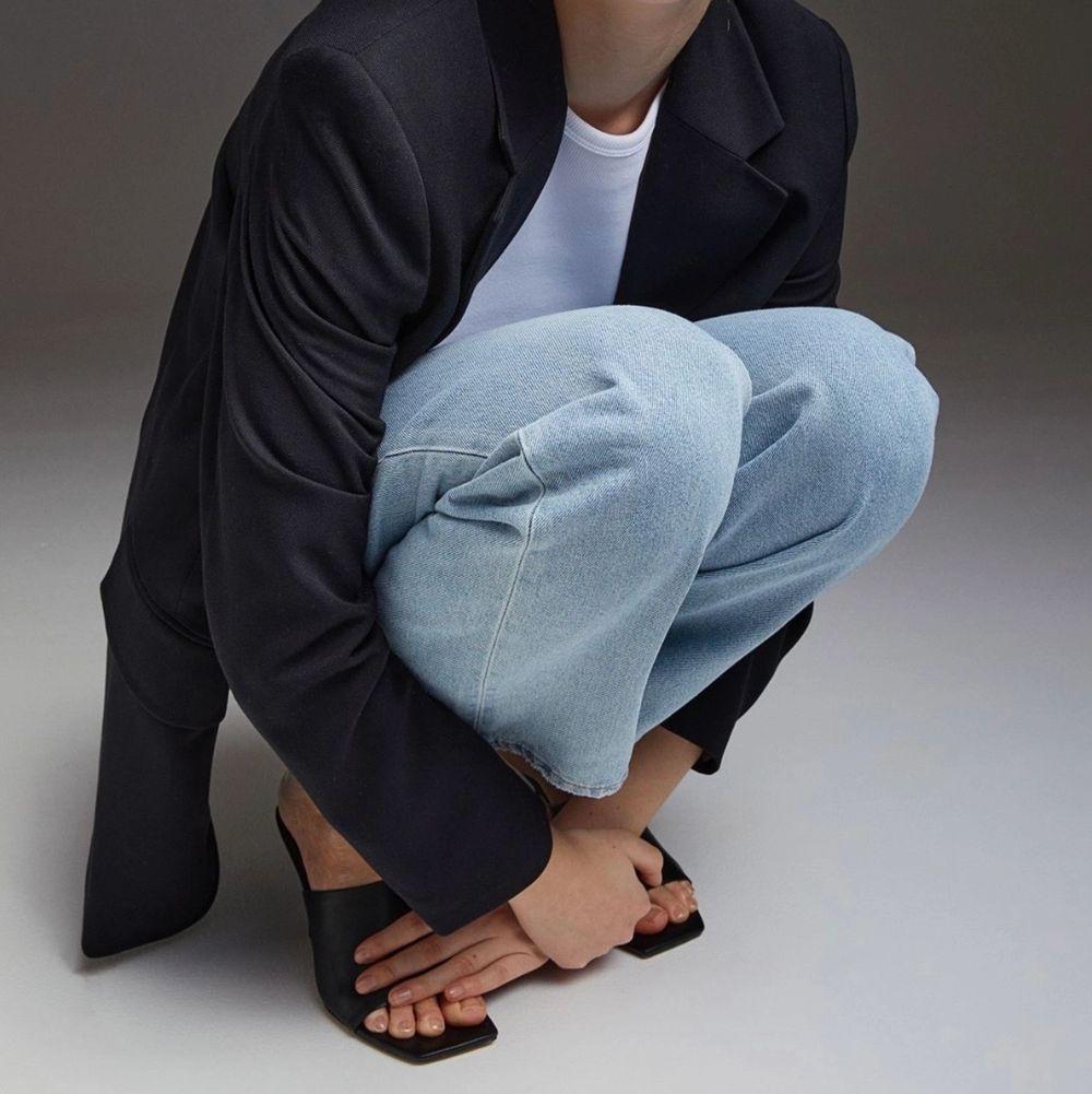 Super snygga trendiga jeans i ljusblå färg. De är dock otroligt små i midjan och hade uppskattat storleken till s i midjan. Jag har i vanliga fall M. Byxorna är i bra skick och använda 2 gånger 🥰 pris går att diskutera . Jeans & Byxor.