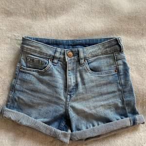 Blå midwaist jeansshorts från h&m. Frakt tillkommer. Hör av dig vid intresse!