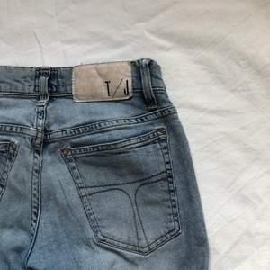 SUPERSNYGGA jeans från Tiger of Sweden 🐅!!!!! Säljer pga för små. De är i strl 26/32. I normalt använt skick 🤍🤍 i den PERFEKTA färgen.