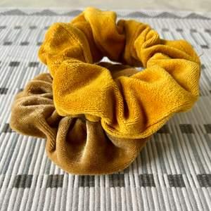 En elegant sammetsscrunchie utformad för att hålla håret på plats utan att orsaka hårtrassel eller slitage på håret. Pris inkl frakten