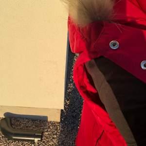 Säljer min rosa väst som var köpt i samband med ridning. Den är i märket Harcour och strl s. Den har fleece på insidan och en luva m fake päls. Passar perfekt på våren om man rider ut med hästen eller är påväg från en träning. Använd ett fåtal ggr, jättefint skick. På vänster sida på insidan finns en liten fick som man skulle kunna ha hästgodis/hundgodis i💕 Pris: 149