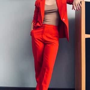 Rött kostymset från Amisu, New Yorker. Fantastisk sköna byxor och kavaj. Storlek 36 i både kavaj och byxor. Går att använda separat men är såklart en hit ihop. Älskar kostymen men den har tyvärr blivit för stor för mig. Frakt tillkommer om den ska skickas.