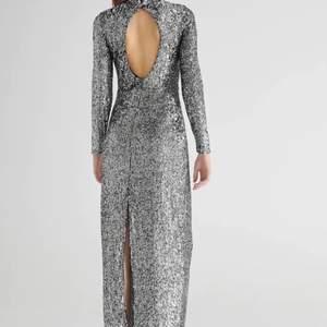 Lyxig långklänning i paljett från Gina Tricot i storlek S. Aldrig använd.