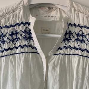 Säljer denna blus som är jättefin och sommrig!  Är inte i linne material men ser ut som linne.