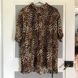 En jätteskön sladdrig och tunn skjorta med leopardmönster. Köpt på Lager 157 i storlek XL. Använd ca 1 gång:/ säljer pga att den inte används. 90kr + frakt❤️