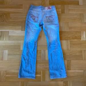 Vintage bootcut jeans i fint skick med broderi på fickorna. Står Waist 29 men skulle säga att den är mer som en 26💖