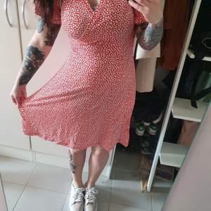 Sommarklänning från indiska. Prislapp kvar. Aldrig använt. Klänningen är i xs men passar s och m. Jag är inte bekväm med tajta klänningar men denna är i stretch.