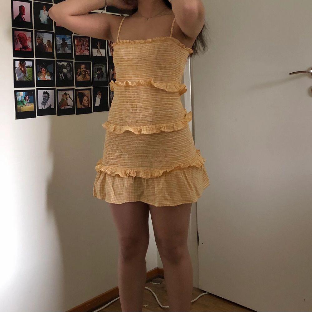Köpte den här klänningen förra sommaren, men den kom aldrig till användning. . Klänningar.