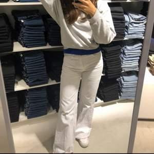 Verkligen de mest perfekta vita jeansen från Zara i strl 36. Rena förutom några blekta smutsfläckar vid benen som inte syns så mycket. Säljer för att de blivit för små, frakt 79kr