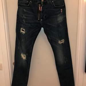 Knappt använda jeans Dsquared2 jeans i storleken 48.  Vid frågor kring hur storlekarna, så är det bara att hojta till.  Jeansen är i toppkvalitet och bättre än så kommer du inte att hitta.
